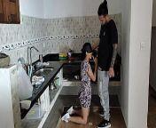 Me follo a sirvienta mientras cocina from दर्जी दुकान